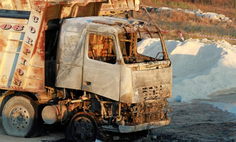 شاحنة محترقة في موقع انفجار خزان وقود في عكار شمال لبنان- 15 آب 2021 (رويترز)