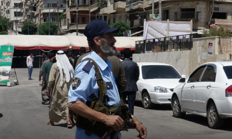 عنصر شرطة في قوى الأمن التابعة لوزارة الداخلية في حكومة الإنقاذ (حكومة الإنقاذ/تويتر)