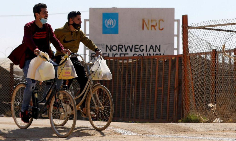 شابان يقودان دراجتيهما الهوائيتان في مخيم الزعتري للاجئين السوريين بمحافظة المفرق شمالي الأردن - 15 شباط 2021 (AFP)