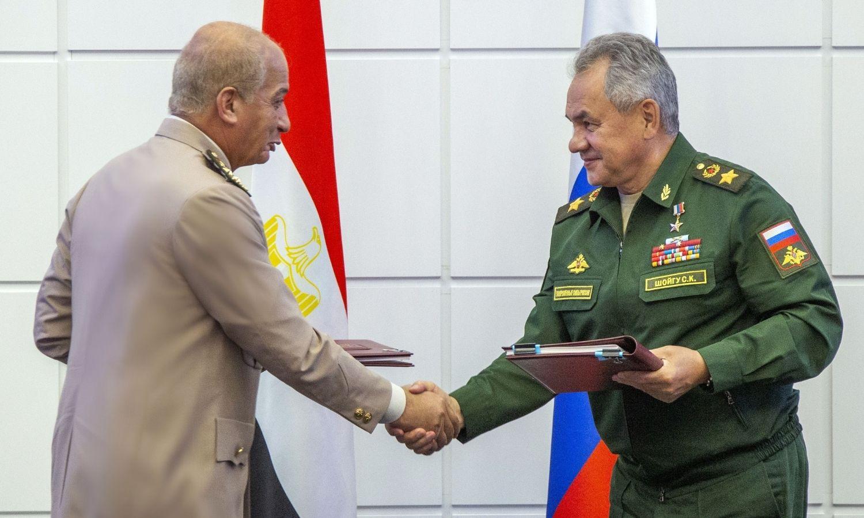 """مصر وروسيا توقعان بروتوكول تعاون عسكري وأمني مشترك، حساب المتحدث العسكري المصري، غريب عبد الحافظ، على """"توتير""""، 2021."""