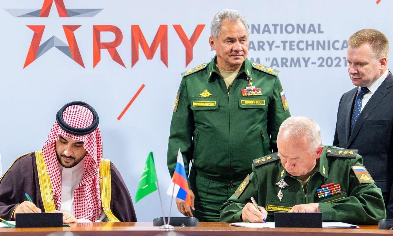 """السعودية وروسيا توقعان اتفاقية حول التعاون العسكري،صفحة وزير الدفاع السعودي، خالد بن سلمان، على """"تويتر""""، 2021."""