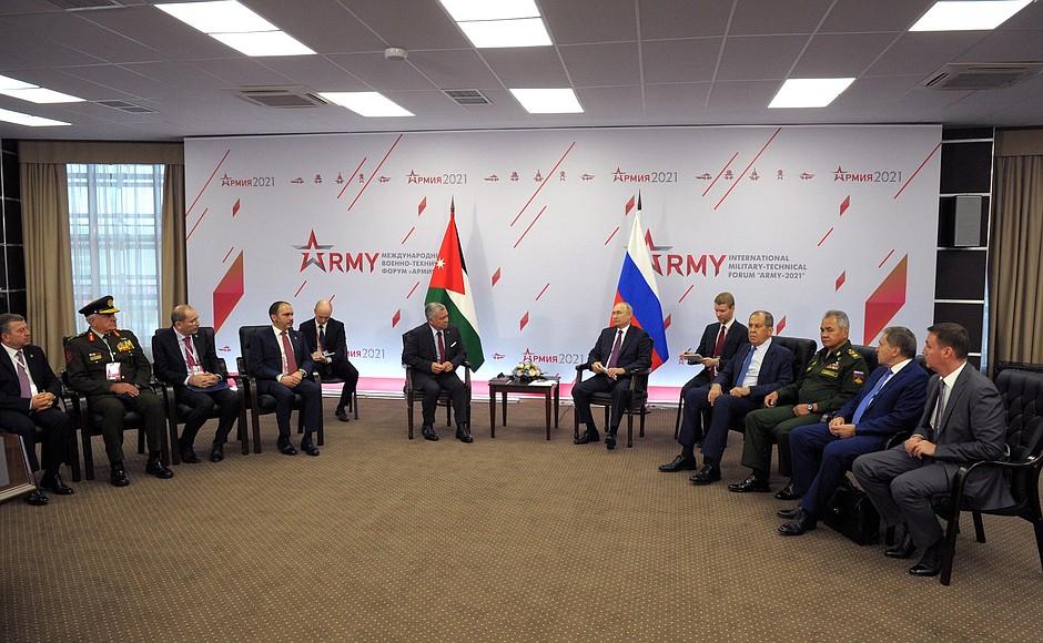 الرئيس الروسي، فلاديمير بوتين، وملك الأردن، عبدالله الثاني، خلال لقائهم في موسكو _23 من آب 2021 (تاس)