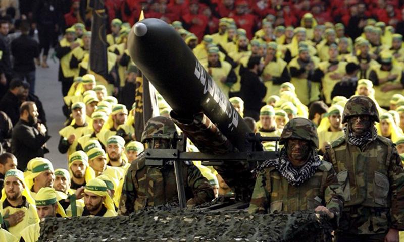 عناصر من حزب الله خلال استعراض عسكري (الميادين)