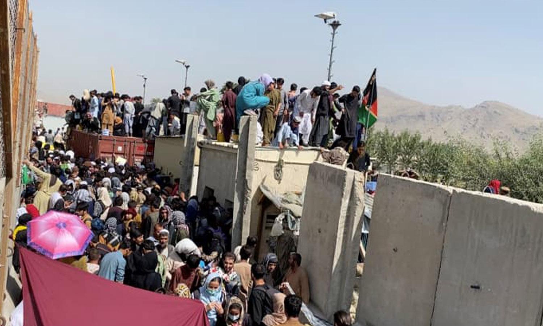 صورة ثابتة مأخوذة من مقطع فيديو تظهر حشودًا من الناس بالقرب من مطار كابل، أفغانستان في 23 من آب 2021 (رويترز)