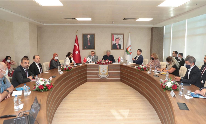المفوض السامي للأمم المتحدة لشؤون اللاجئين فيليبو غراندي في ولاية شانلي أورفة التركية (جنوب) وبحث مع رئيس بلديتها أوضاع اللاجئين السوريين_9 من أيلول 2021 (الأناضول)