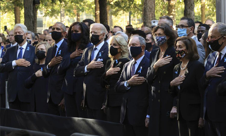 """ساسة أمريكيون بينهم الرئيس جو بايدن، الرئيس السابق بيل كلينتون، والوزيرة هيلاري كلينتون، والرئيس السابق باراك أوباما في حفل إحياء ذكرى """"11 أيلول"""" في النصب التذكاري الوطني - 11 أيلول 2021 في نيويورك (AP)"""