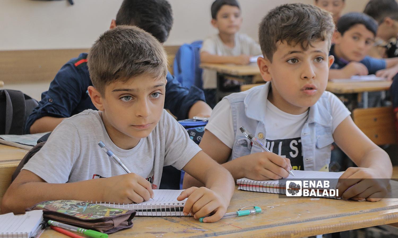 طلاب في المرحلة الابتدائية على مقاعد الدراسة مع بداية العام الدراسي الجديد في ريف حلب الشمالي - مدينة اعزاز - 22 أيلول 2021 (عنب بلدي / وليد عثمان)