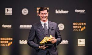 ليفاندوفسكي يحصل على الحذاء الذهبي 21 من أيلول2021(ليفاندوفسكي_فيس بوك)