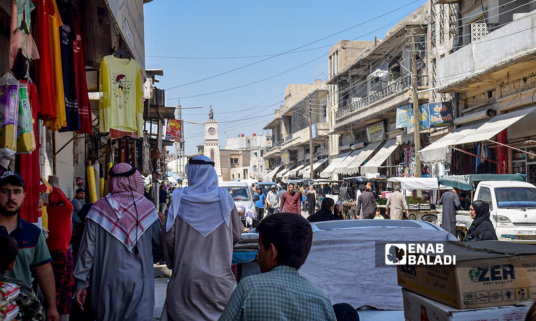 متسوقين ضمن شارع القوتلي - 23آب 2021 (عنب بلدي / حسام العمر)