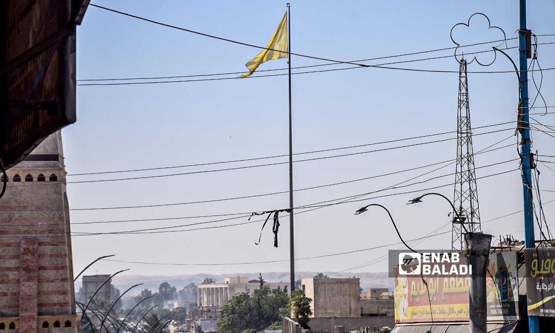علم مجلس الرقة العسكري في مدينة الرقة - 22 آب 2021 (عنب بلدي / حسام العمر )