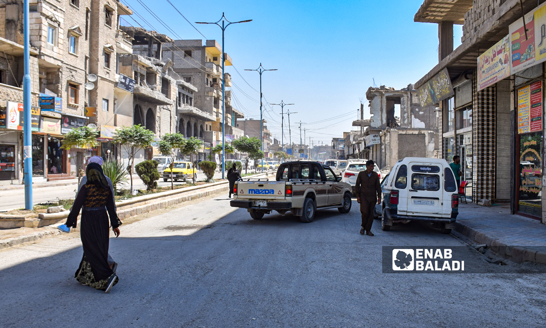 """شارع """"23 شباط"""" في مدينة الرقة - 23آب 2021 (عنب بلدي / حسام العمر )"""