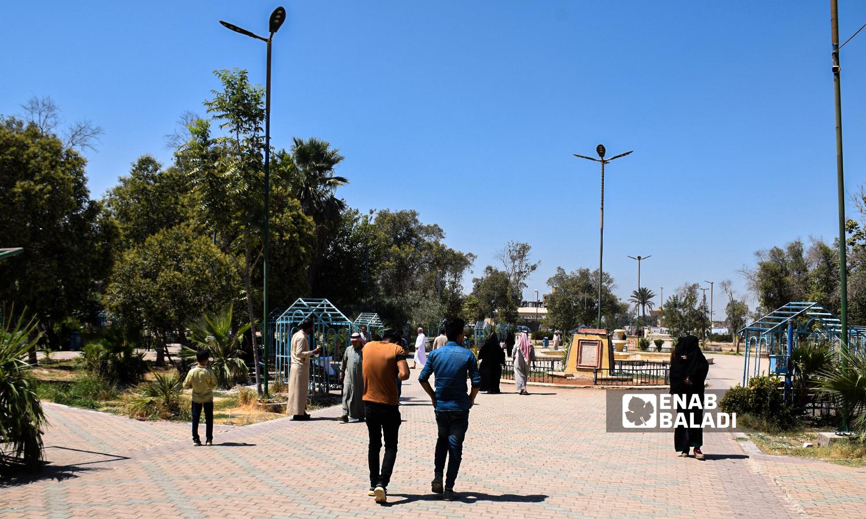 حديقة الرشيد في مدينة الرقة - 23 آب 2021 (عنب بلدي / حسام العمر)