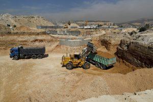 """أعمال معدات بناء ثقيلة في موقع """"ماروتا سيتي"""" ضمن أكبر مشروع استثمار عقاري جنوبي دمشق دون ضوابط قانونية عادلة- 8 من تشرين الأول 2018 (AP)"""