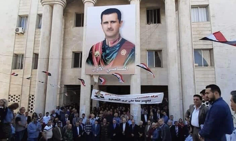 رفع صورة لرئيس النظام السوري بشار الأسد على القصر العدلي في طرطوس - 16 تشرين الثاني 2019 (مؤسسة سورية قلب واحد للتنمية)