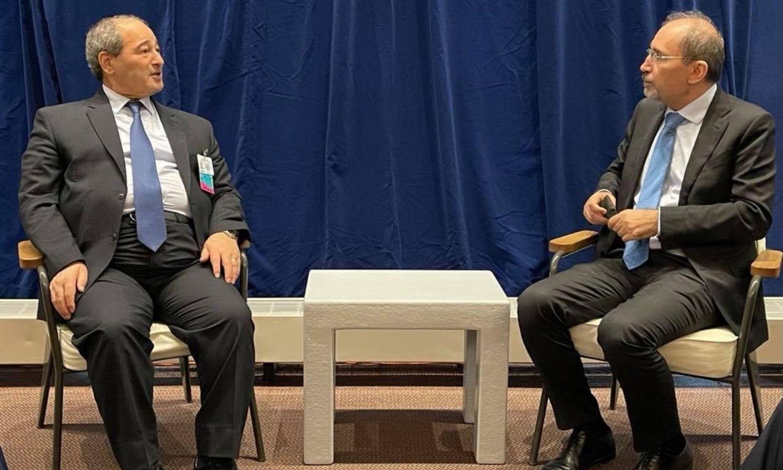 لقاء وزير الخارجية في حكومة النظام السوري،فيصل المقداد، مع نظيره الأردني، أيمن الصفدي، في نيويورك - 22 من أيلول 2021 (الخارجية السورية)