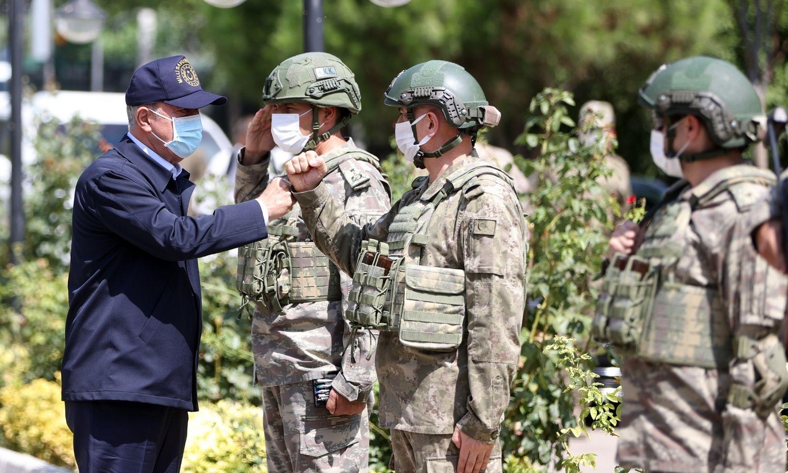 وزير الدفاع التركي خلوصي أكار في زيارة إلى الحدود التركية- السورية - 11 من أيلول 2021 (الأناضول)