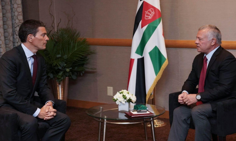 """لقاء الملك الأردني، عبدالله الثاني، مع المدير التنفيذي للجنة الإنقاذ الدولية ديفيد ميليباند، في نيويورك، """"الديوان الملكي الهاشمي""""، 2021."""
