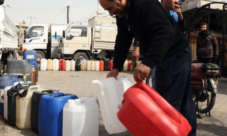 استلام مادة مازوت التدفئة في سوريا (Getty)