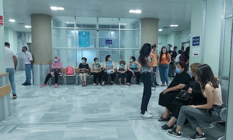 """الانتظار أمام غرف التطعيم ضد """"كورونا"""" في مشافي سوريا (وزارة الصحة السورية في فيس بوك)"""