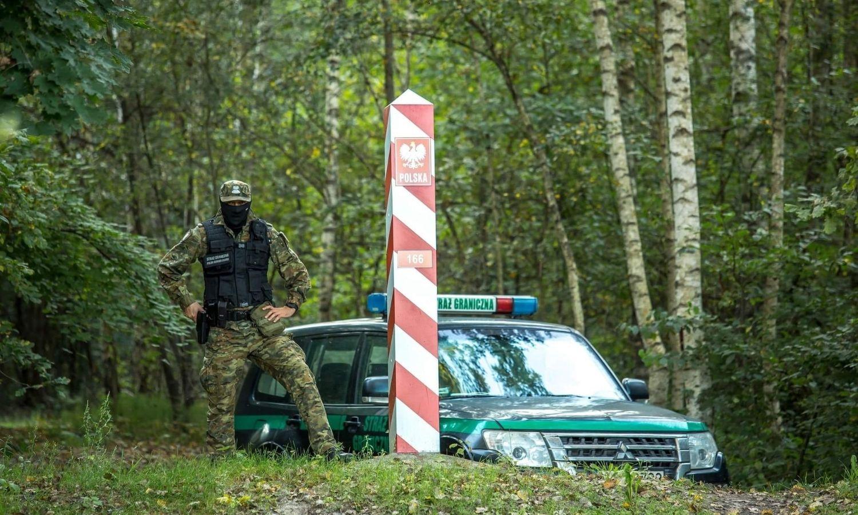 """جندي بولندي على الحدود مع بيلاروسيا، حساب حرس الحدود البولندي على """"تويتر""""، 2021."""