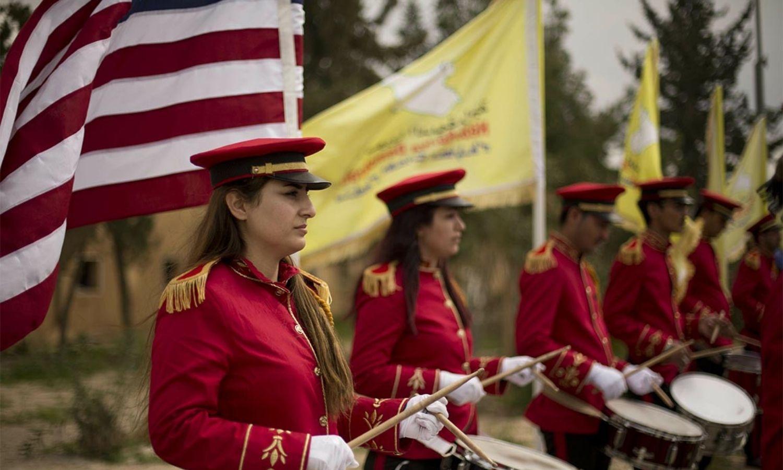 فرقة تقدم حفلًا في حقل العمر الواقع تحت سيطرة قوات سوريا الديمقراطية المدعومة من واشنطن - آذار 2019 (AP)