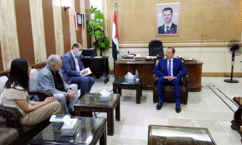 """سفير جمهورية جنوب إفريقيا لدى سوريا، باري غيلدر، يلتقي محافظ الحسكة، غسان خليل، صفحة """"المكتب الصحفي في محافظة الحسكة"""" في """"فيس بوك""""، 2021."""