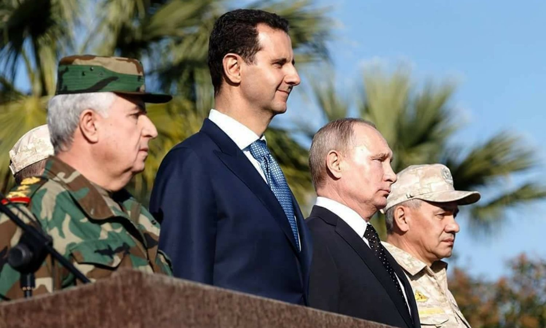 وزير الدفاع في حكومة النظام السوري علي عبد الله أيوب بجانب رئيس النظام بشار الأسد والرئيس الروسي فلاديمير بوتين في حميميم (سبوتنيك)