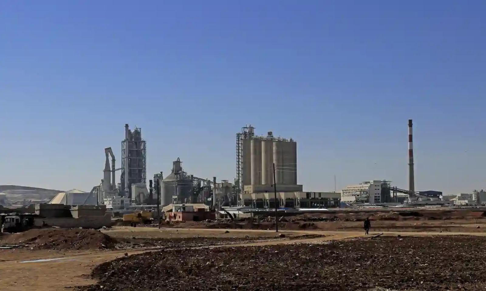 مصنع لافارج للإسمنت شمال شرقي سوريا (AFP)
