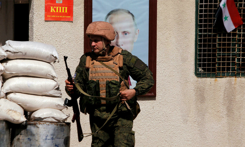 جندي روسي في مخيم الوافدين بدمشق - 1 آذار 2018 (رويترز/ عمر صناديقي)