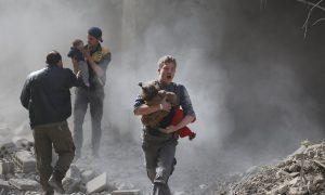 """""""الدفاع المدني السوري"""" ينتشل أطفال من ركام قصف روسي على إحدى المناطق (الدفاع المدني/ فيس بوك)"""