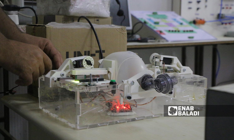 """التجريب العملي لجهاز التنفس الاصطناعي الذي ابتكره طالب حديث التخرج من جامعة """"الشام"""" بريف حلب  5 تشرين الأول 2021 (عنب بلدي - وليد عثمان)"""