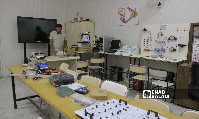 """الطالب زكريا الخلف اثناء تركيب جهاز التنفس الصناعي الذي ابتكره كمشروع تخرج لجامعة """"الشام"""" بريف حلب  5 تشرين الأول 2021 (عنب بلدي - وليد عثمان)"""