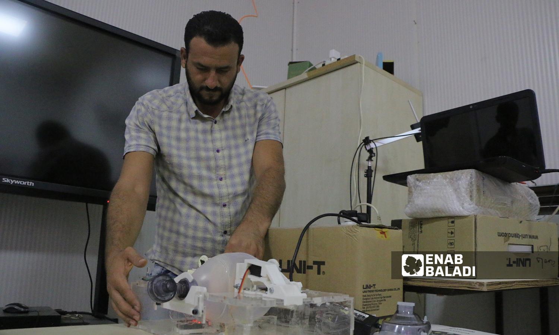 """طالب حديث التخرج من جامعة """"الشام"""" يبتكر جهاز تنفس صناعي في ريف حلب 5 تشرين الأول 2021 (عنب بلدي - وليد عثمان)"""