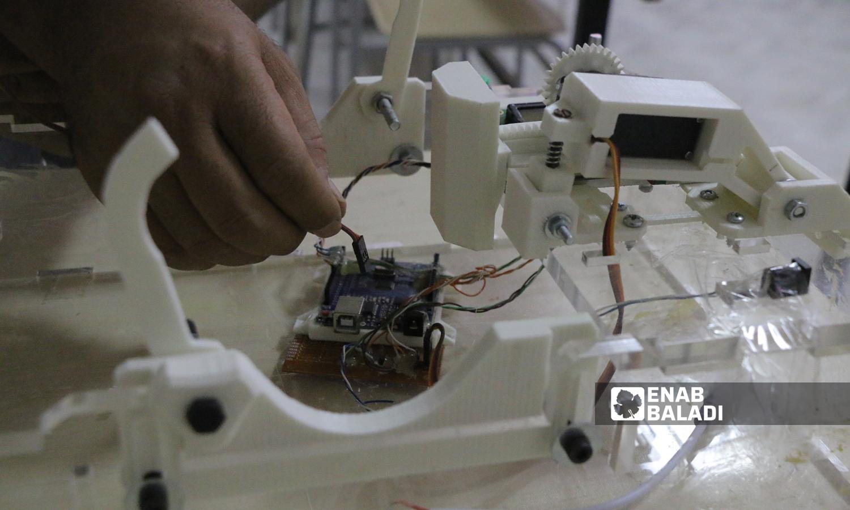 """خطوات تركيب جهاز التنفس الصناعي الذي ابتكره طالب حديث التخرج من جامعة """"الشام"""" بريف حلب  5 تشرين الأول 2021 (عنب بلدي - وليد عثمان)"""