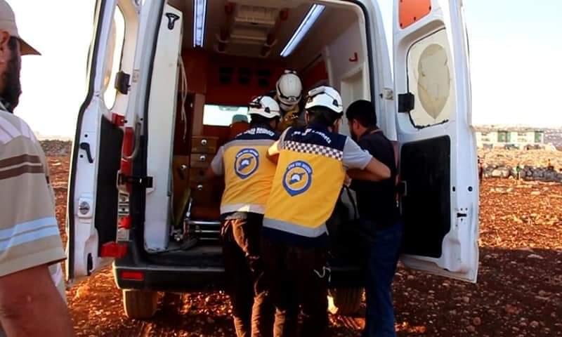 """فريق """"الدفاع المدني السوري"""" ينقل جثة شاب في 4 من تشرين الأول2021 بمحيط مخيم """"الهبيط""""( الدفاع المدني_فيس بوك)"""