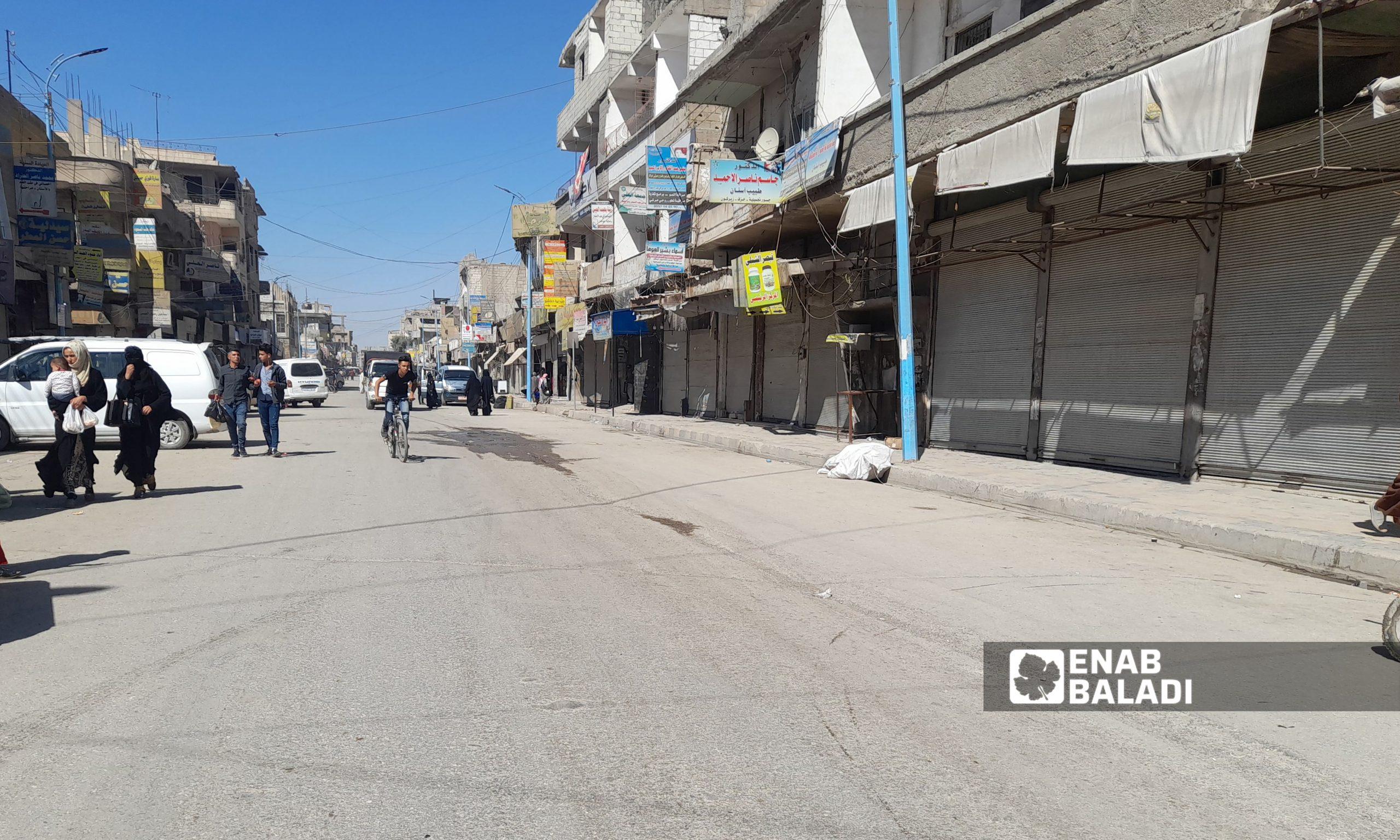 إغلاق الأسواق والمحال التجارية في مدينة الرقة بعد فرض حظر تجوال كلي من قبل الإدارة الذاتية - 27 أيلول 2021 ( عنب بلدي / حسام العمر)