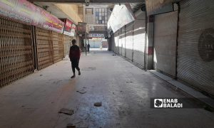 إغلاق الأسواق والمحال التجارية في مدينة الرقة بعد فرض حظر تجوال كلي من قبل الإدارة الذاتية - 27 أيلول 2021 (عنب بلدي/ حسام العمر)
