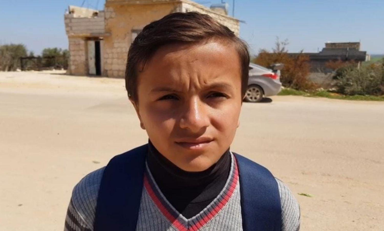 الطفل محمد أسمر في طريقه إلى المدرسة في مدينة بنش (عزيز أسمر/ فيس بوك)