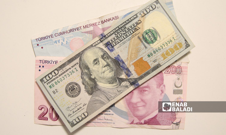 أوراق نقدية من فئة 100 دولار أمريكي و200 و100 ليرة تركية (عنب بلدي/يوسف حمص)