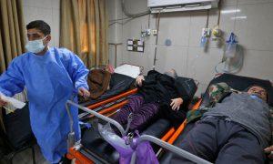 """مصابين بفيروس """"كورونا"""" في قسم الإسعاف بمشفى """"دمشق"""" (AFP)"""