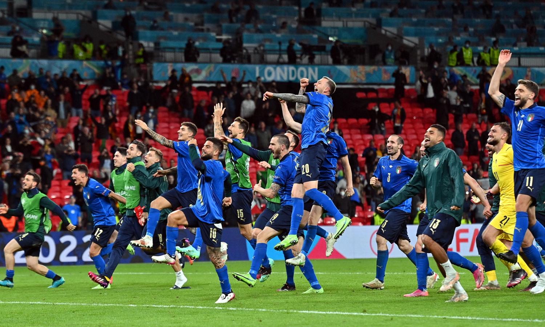 فرحة لاعبي منتخب إيطاليا بالفوز على إسبانيا 6 من تموز 2021 (flipboard)
