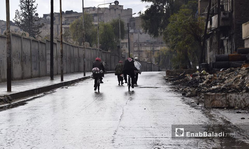Aleppo city residents leaving the city on bicycles, 2 December 2016 (Enab Baladi)