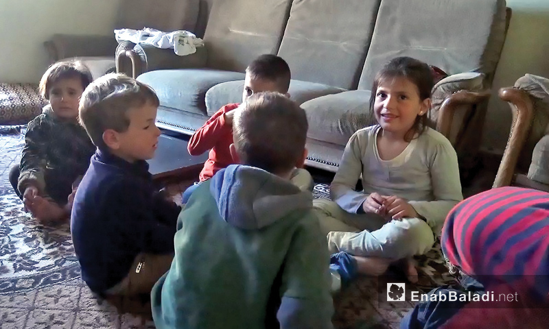 Children playing together in their home where five families live in Idlib - April 15, 2017 (Enab Baladi)