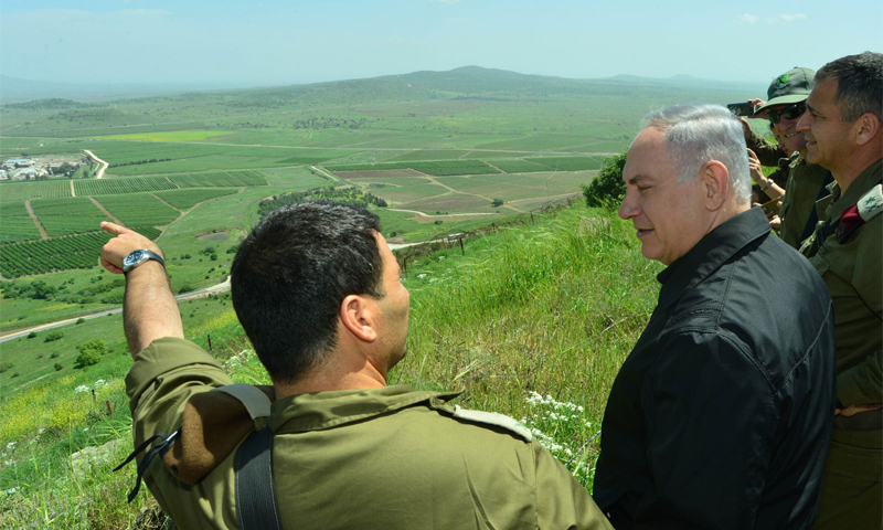 Israeli Prime Minister Benjamin Netanyahu examining the Syrian side of the Occupied Golan Heights with military leaders, April 2016 (Internet)