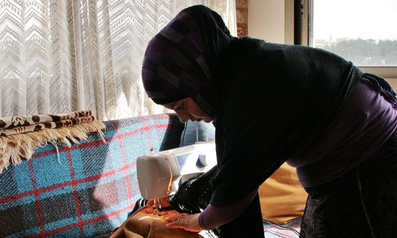 Heba Bouqai: a Syrian Girl who weaves and sells her products in Lebanon (Venetia Rainey)