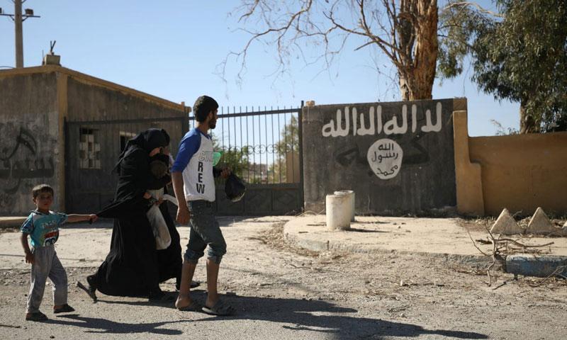 Civilians fleeing battles in Raqqa (Reuters)