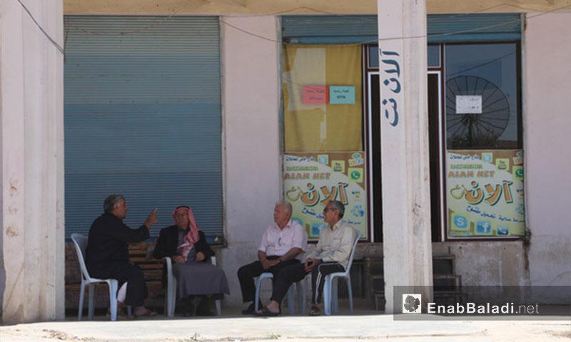 Elderly people discussing in a shop's yard in al-Hasakah - May 17, 2017 (Enab Baladi)