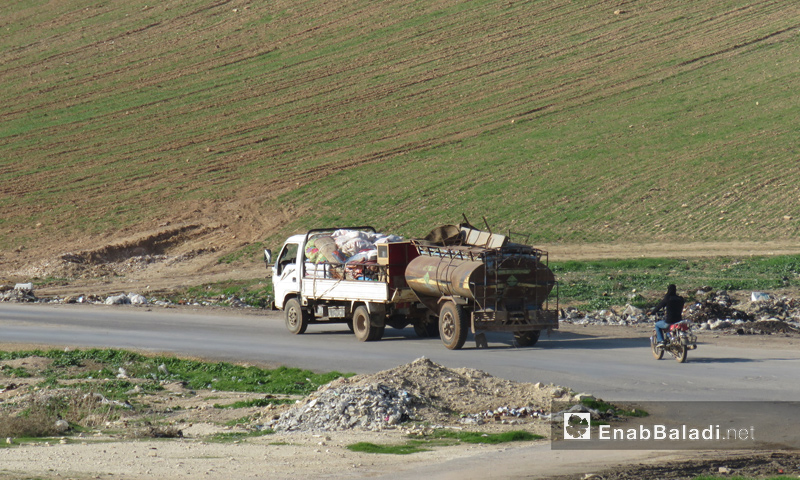 Car carrying furniture and household items of the people displaced from the eastern countryside of Idlib - January 2018 (Enab Baladi)