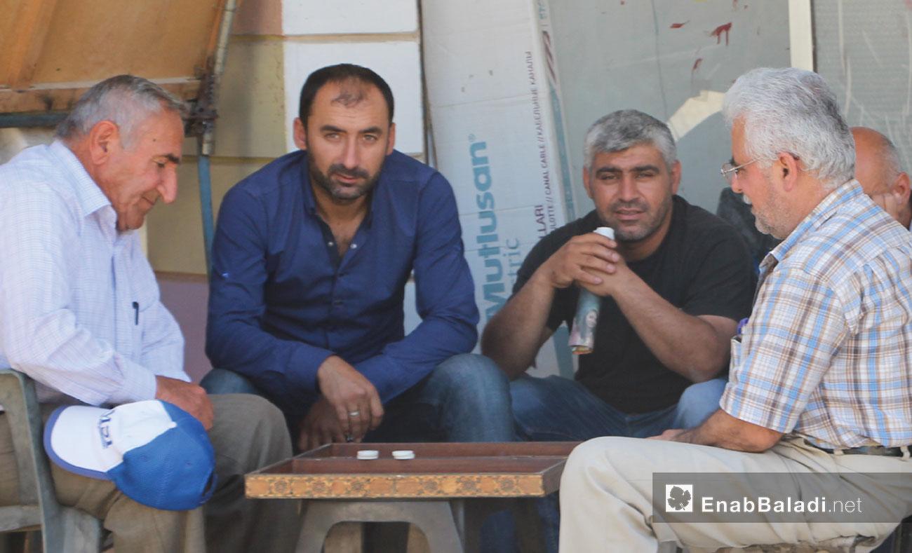 Men playing board game in one of the city of Qamishli's neighborhoods - May 17, 2017 (Enab Baladi)