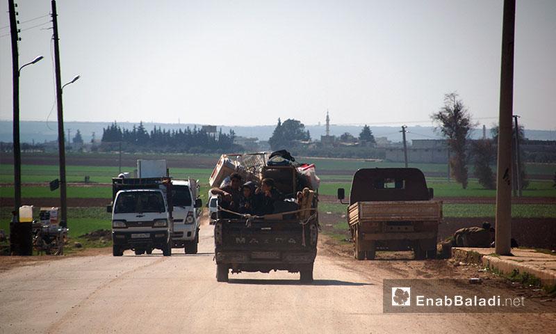 People on the secondary roads of rural Idlib - 28 January 2018 (Enab Baladi)